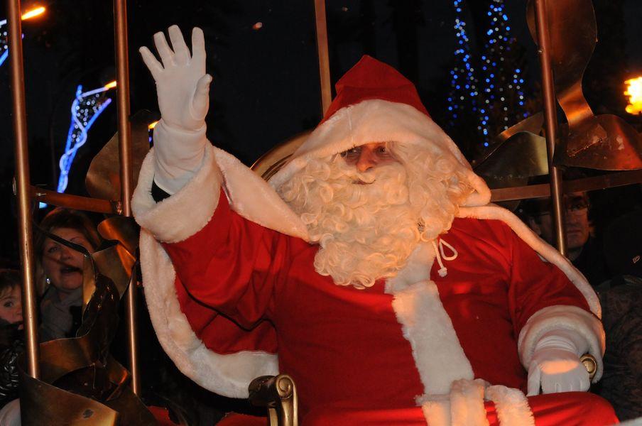 La tournée du Père Noël dans les quartiers à Hyères - 0